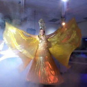 רקדנית באירוע ליד בר מתוקים