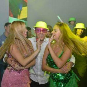 חגיגה בחתונה עם רקדניות ליד בר מתוקים
