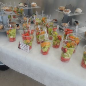 בר פירות בתוך כוסות הגשה